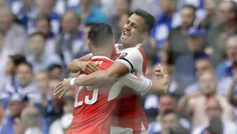 Der Schweizer Granit Xhaka jubelt mit Arsenal-Torschütze Alexis Sanchez über den Cupsieg