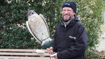 Stefan Steuri, Projektmitarbeiter Saatkrähen in der Stadt Bern, mit der Uhu-Attrappe.