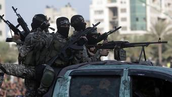 Hamas-Kämpfer im Gazastreifen: Der Inlandgeheimdienst Israels verdächtigt den Gaza-Chef der Hilfsorganisation World Vision, Millionen an den militärischen Arm der radikalislamischen Hamas geleitet zu haben. World Vision hält die Anschuldigungen für unbegründet. (Archivbild)