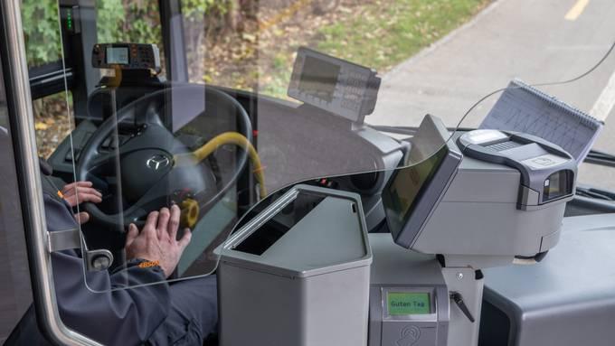 Die Trennscheibe ist aus Glas, wird direkt auf der «Fahrertür» montiert und hat eine Öffnung für den Ticketverkauf