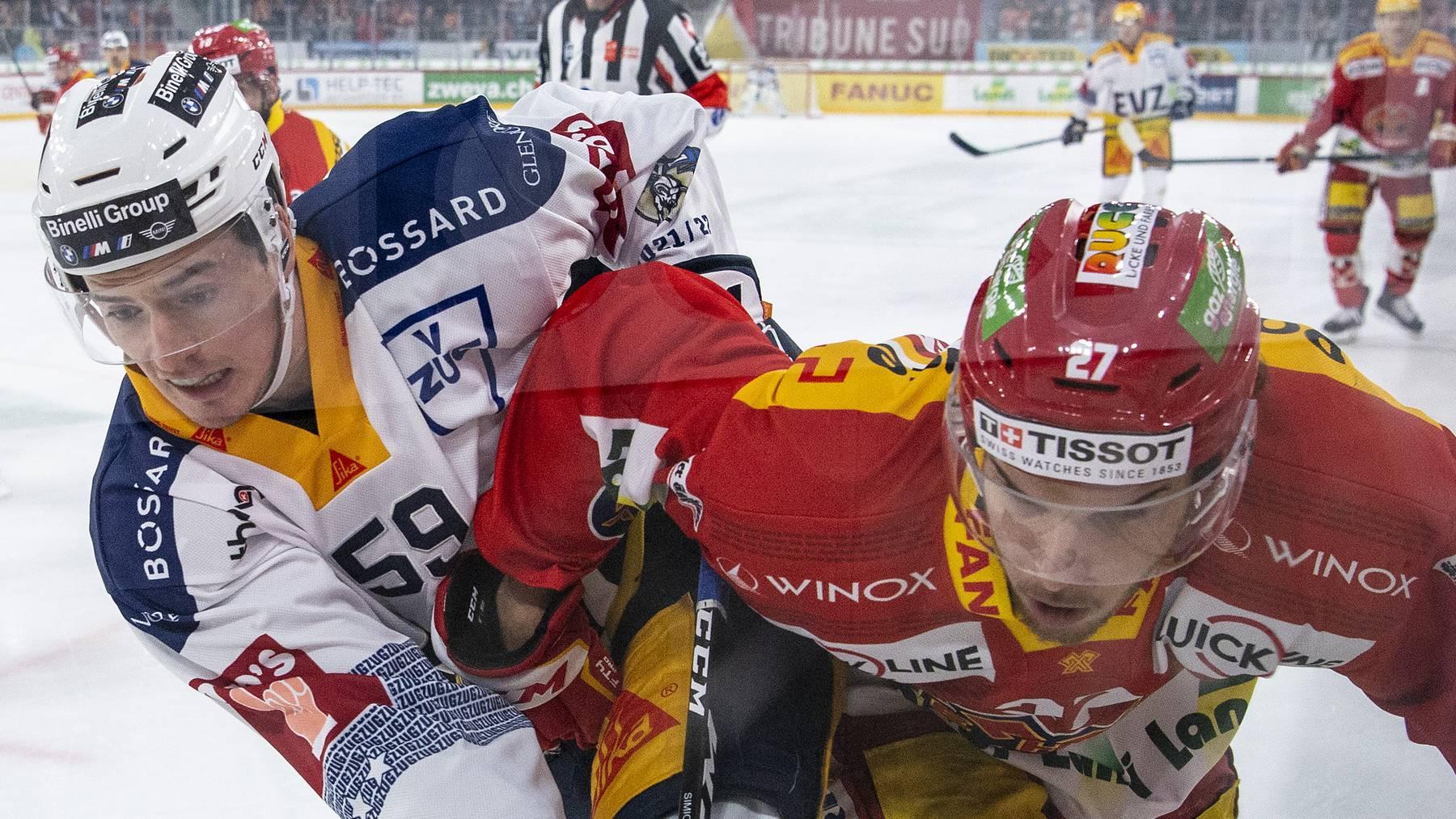 Biels Yannick Rathgeb, rechts, im Duell mit Zugs Dario Simion im Eishockey Meisterschaftsspiel der National League zwischen dem EHC Biel und dem EV Zug, am Samstag, 2. Oktober 2021, in der Tissot Arena in Biel.