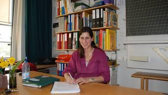 Martina Eichenberger erfasst alle Ereignisse des Schultages im Klassenbuch (ju)