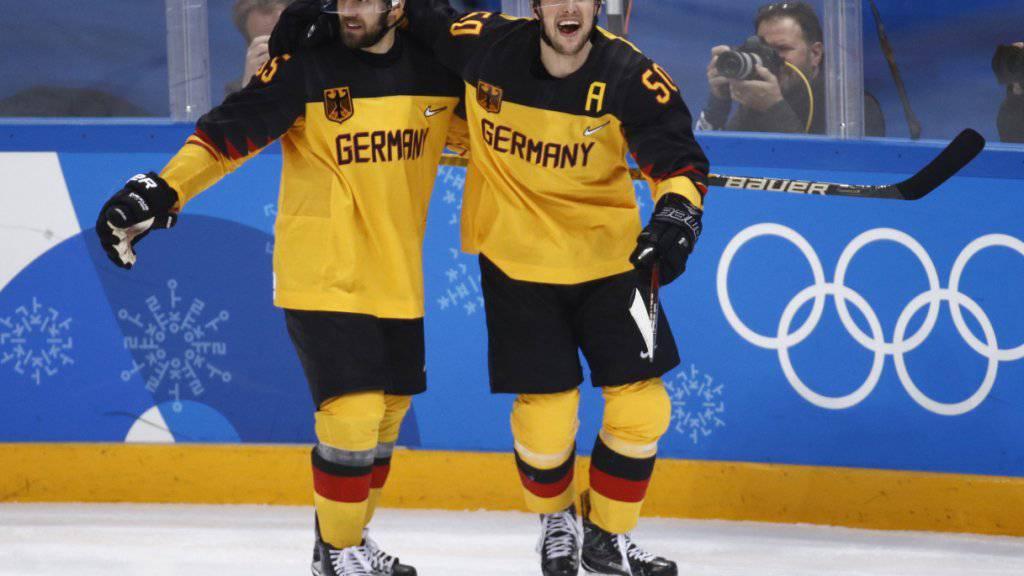 Patrick Hager (rechts) und Felix Schutz jubeln nach einem der vier Treffer beim Halbfinalsieg gegen Kanada
