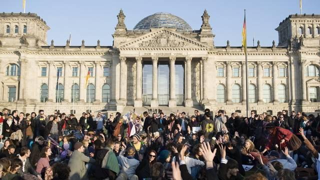 """In Deutschland demonstrieren Menschen unter dem Motto """"Wir zahlen nicht für eure Krise"""""""