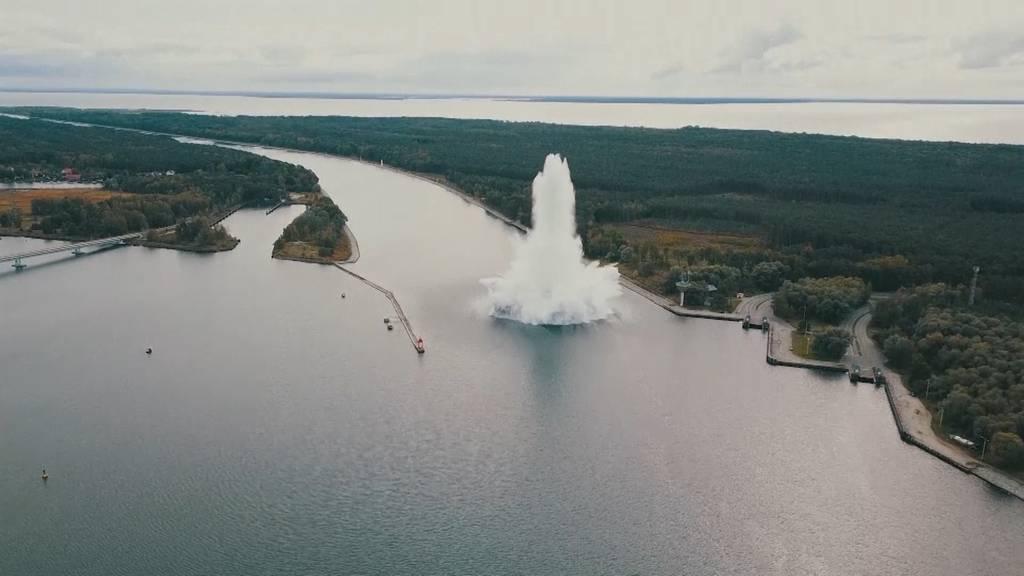 Tonnenschwere Fliegerbombe explodiert in Kanal