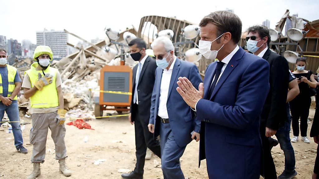 Der französische Präsident Emmanuel Macron (rechts) reist erneut nach Beirut. Er fordert vom Libanon einen politischen Wandel. (Archivbild)