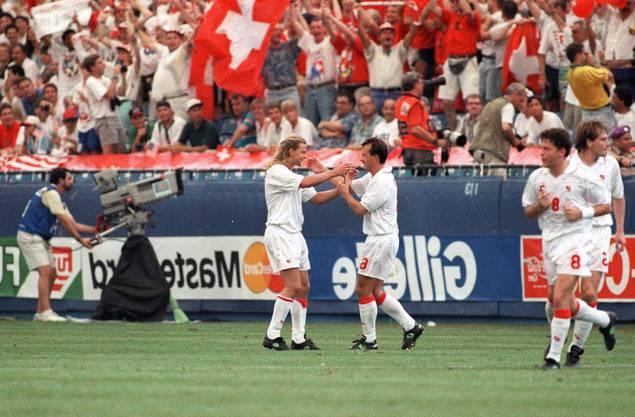 Alain Sutter gratuliert dem Torschützen Georges Bregy nach seinem Freistosstor zum 1:0 gegen die USA: Christoph Ohrel und Alain Geiger kommen als Gratulanten