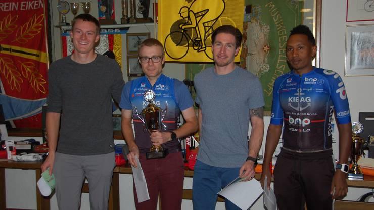 Jonas Döring (ganz links) verstärkt in der Saison 2020 das Fricktaler Team «Kibag-BNP Costello». Zur Mannschaft gehört auch Iwan Hasler (Zweiter von links), der den Fricktal Cup 2019 der Radsportler gewann.