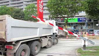 Ups – unter der Tramschranke gefangen geriet dieser Lastwagen einem bz-Leser vor die Linse.