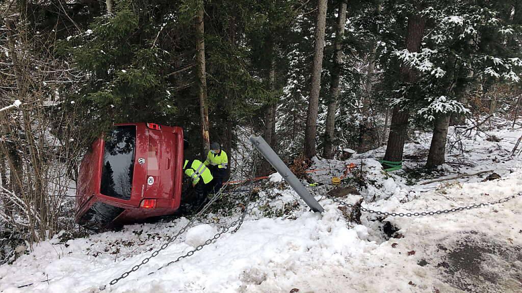 Das Unfallauto rutschte in Nassen einen Hang hinunter, prallte in einen Baum und kippte auf die Seite. Die beiden Insassen blieben zum Glück unverletzt.