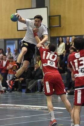 Florian Goepfert (links, Basel) hat gegen Simon Huwyler (rechts, Endingen) seine liebe Mühe.