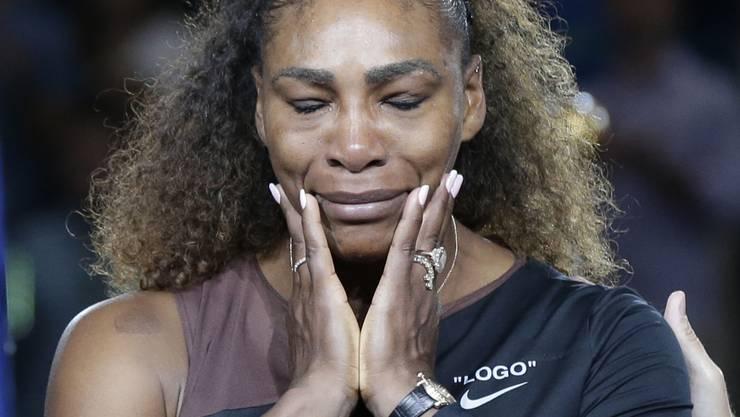 Serena Williams bei der Siegerehrung, in Tränen aufgelöst.