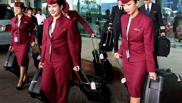 Sie sollen von der Diskriminierung durch ihren Arbeitgeber geschützt werden: Flugbegleiterinnen der Qatar Airways (Archivbild)
