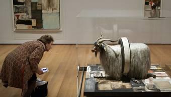 """Eine Frau betrachtet die Skulptur """"Monogram"""" in der Ausstellung """"Robert Rauschenberg: Among Friends"""" im Museum of Modern Art in New York."""