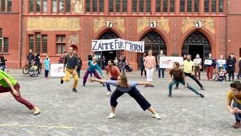 Vor der Übergabe der gesammelten Unterschriften gab es eine tänzerische Aktion.