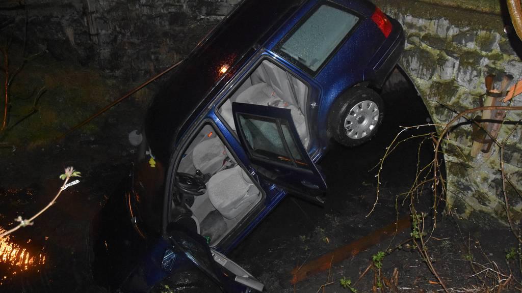 Zwei Jugendliche fliegen mit gestohlenem Auto in Bach