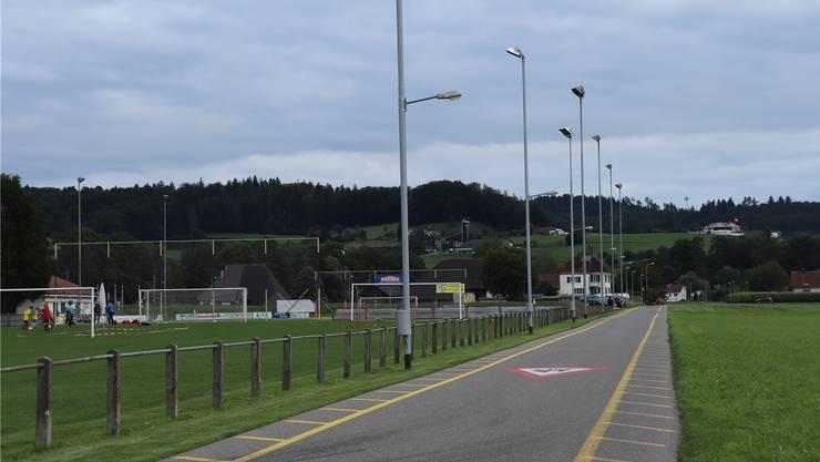 Das Hauptspielfeld des FC Muhen (links) hätte ursprünglich via Landkauf ins Feld (rechts) verbreitert werden sollen. Bild: Flurina Dünki (30.8.2019)