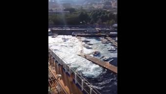 Ein Tourist hat gefilmt, während der Hafen geflutet wurde.