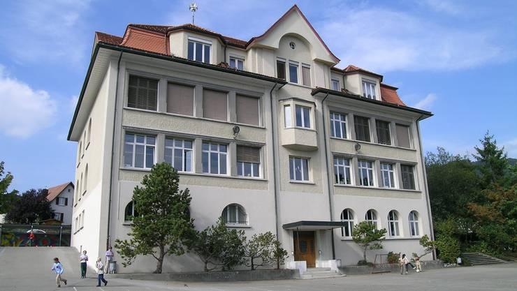 Viele Wechsel im Lehrerteam, akutes Raumproblem – aber alle Vorgaben erfüllt: Schule Lostorf (Bild: Schulhaus 1912).