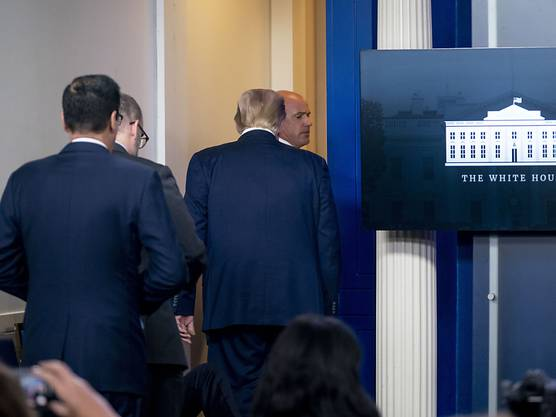 Donald Trump (2.v.r.), Präsident der USA, verlässt die Pressekonferenz. Foto: Andrew Harnik/AP/dpa