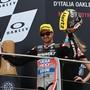 Tom Lüthi lässt sich in Mugello nach seinem 3. Platz feiern