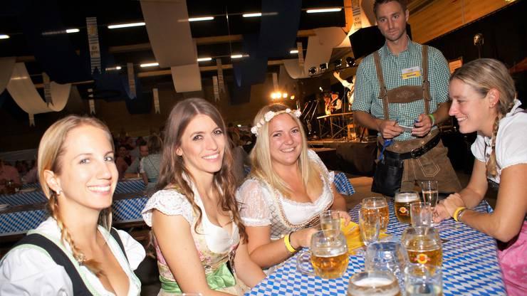 Die fröhliche Damenrunde war aus Rupperswil angereist und nahm Servierboy Manuel Villiger gleich mehrfach in Beschlag.