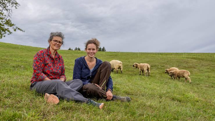 Mutter Marianne unterstützt Tochter Marlene auf ihrem Berufsweg zur Landwirtin, wo sie kann.