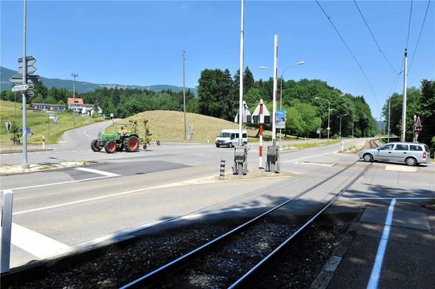 Das Auto kam von rechts unten an die Kreuzung. Zwischen Schienen und der Einmündung in die Baselstrasse ist nicht viel Platz. (Archiv)