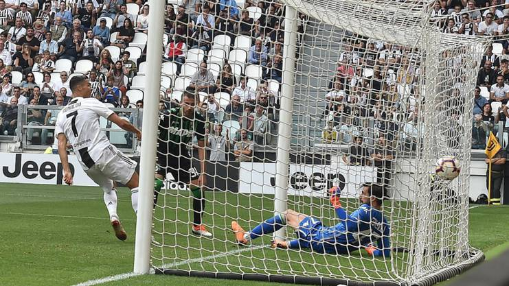 Cristiano Ronaldo trifft aus kurzer Distanz erstmals für Juventus Turin.