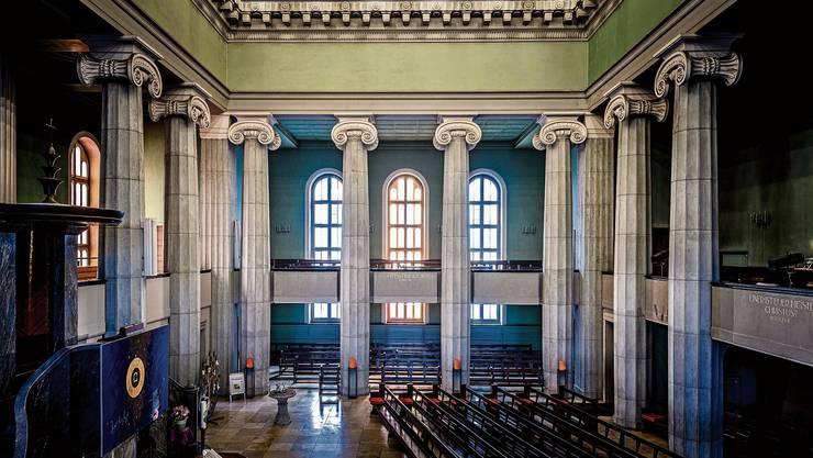 Einzelne Fenster (linke Empore sowie frontale Empore in der Mitte) erstrahlen zurzeit testweise in warmen Lichtnuancen.