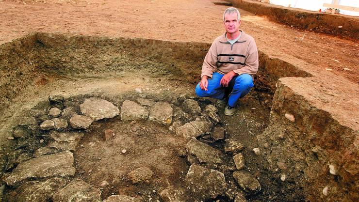 Erfolgreiche Suche: Grabungsleiter Urs Liechti und sein Team haben Bruchstücke eines Brunnens gefunden. (Bild: Felix Gerber)