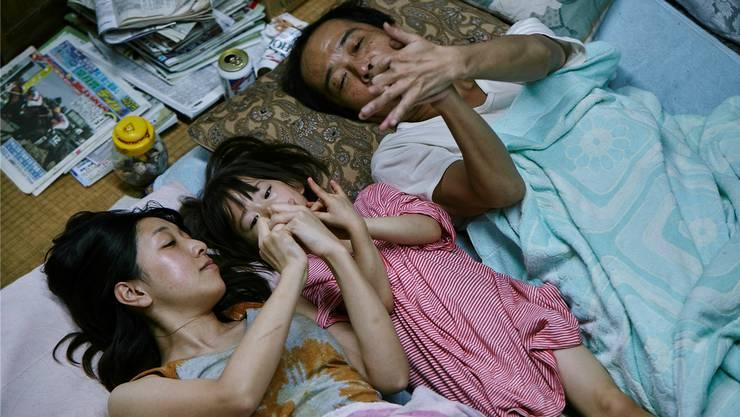 Juri (Mitte) erfährt Nähe und Zuneigung von einer unkonventionellen Familie (Sakura Andô als Nobuyo, Lily Franky als Osamu).