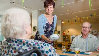 Martina Schlosser ist jetzt im Service tätig und bedient Bewohner sowie Angehörige im Seniorenzentrum. Sandra Ardizzone