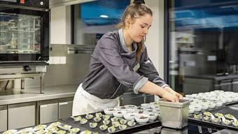 Jessica Gutscher, Kochlernende, bereitet das Abendessen für das Einweihungsfest vor.