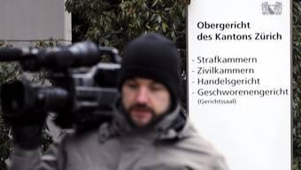 Der Prozess findet vor dem Geschworenengericht statt; zahlreiche Medienleute verfolgen ihn
