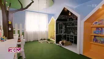 Das Spielzimmer mit Baum, Schaukel und begehbarem Häuschen ist nicht alltäglich.