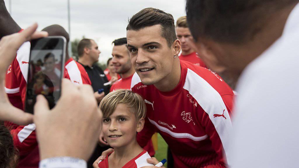 Granit Xhaka (Bildmitte) stand auch beim Kindertraining des Nationalteams im Zentrum des Interesses
