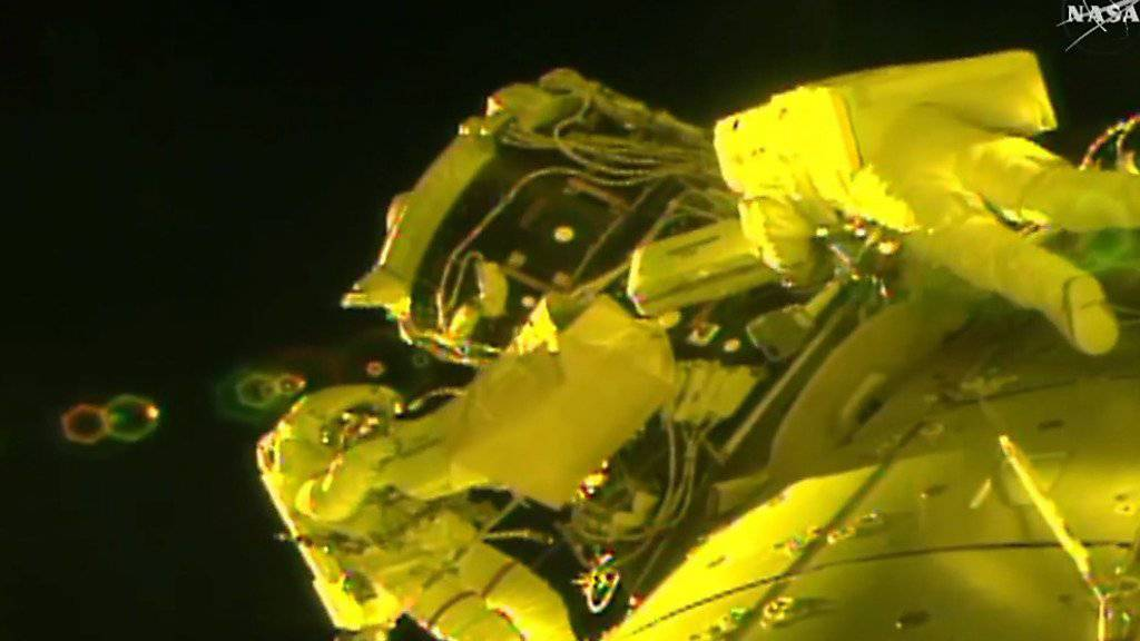 Die US-Astronauten Peggy Whitson und Shane Kimbrough bei ihrem Ausseneinsatz an der ISS.