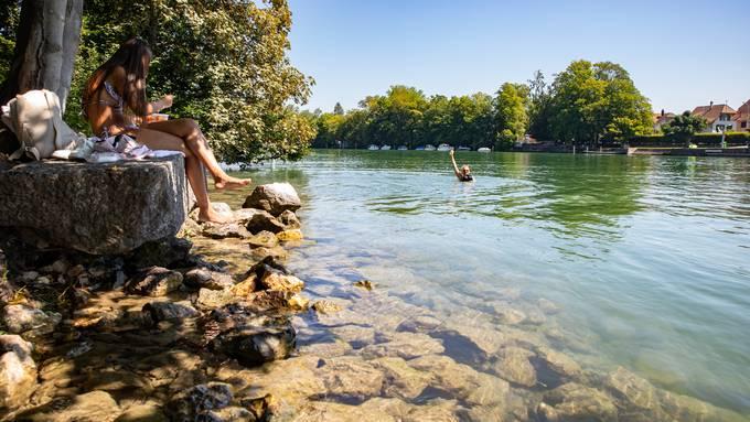 Die Autorin wagt sich neben dem Ruderklub ins Wasser.