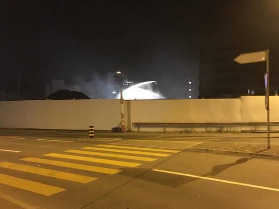 Die Feuerwehr löschte den Brand auf hohen ausfahrbaren Leitern. Ein Feuerwehrmann musste ins Spital.