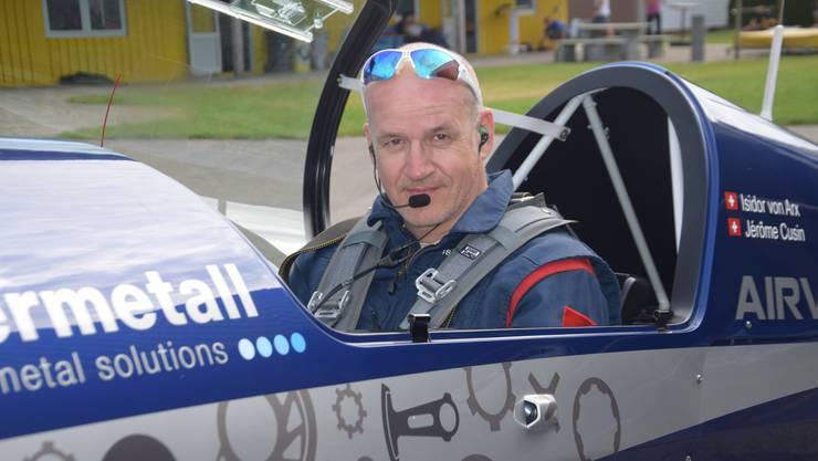 Der Kunstflugpilot ist Isidor von Arx in seiner Hochleistungs-Maschine auf dem Grenchner Flughafen.