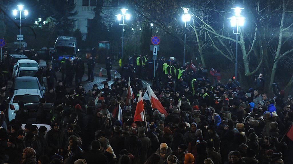 Auflauf vor dem polnischen Parlament: Die Polizei löste die Demonstration in Warschau auf.
