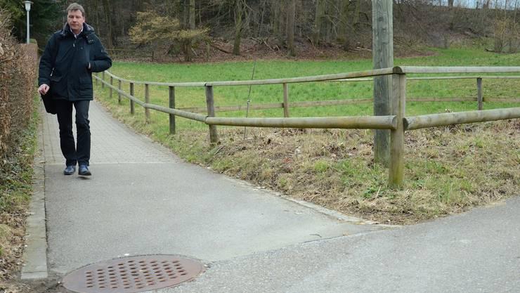 An dieser Stelle am Schürrainweg befand sich eine Eisplatte. Die Behauptung Beat Rüsts, die Weide dahinter sei überdüngt, sorgte für Wirbel.