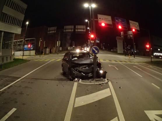 Das Auto wurde beim Unfall schwer beschädigt.
