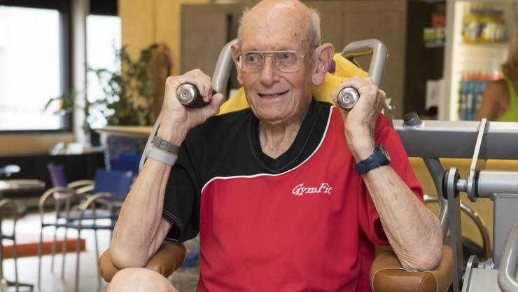 Hanspeter Ritz stärkt Arm- und Schultermuskulatur.