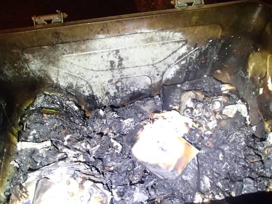 Eine unbekannte Gruppe hat in der Nacht auf Sonntag mehrere Container in Wohlen in Brand gesetzt. Zudem haben sie auch eine Scheibe beim Kindergarten eingeschlagen. Der Sachschaden beläuft sich auf 8000 Franken. Die Polizei hat einen 17-Jährigen vorläufig festgenommen.