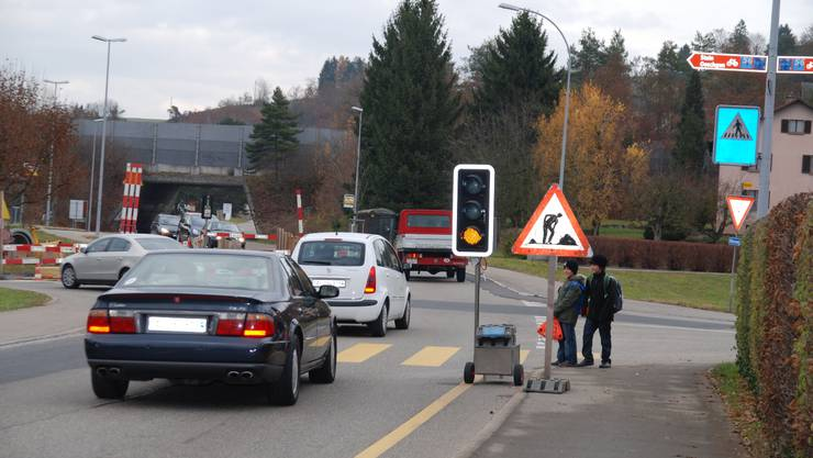 Fussgänger am Zebrastreifen und die Autofahrer halten nicht an.  nbo