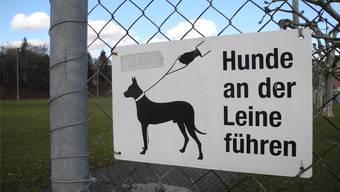 Typisches Hinweisschild für Hundehalter. Archiv