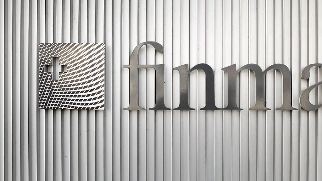 Gute Noten für die grossen Banken: Das Logo der  Finanzmarktaufsicht Finma in Bern (Archivbild).