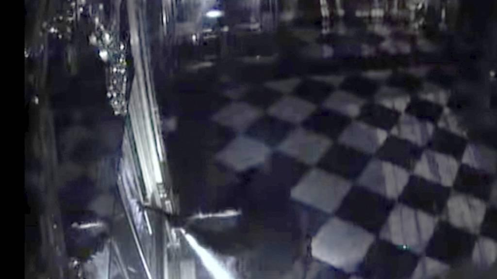 Mit Taschenlampen und einer Axt ausgerüstet: Eine Überwachungskamera filmte in die Dresden die Täter des Juwelendiebstahls im Historischen Grünen Gewölbe.